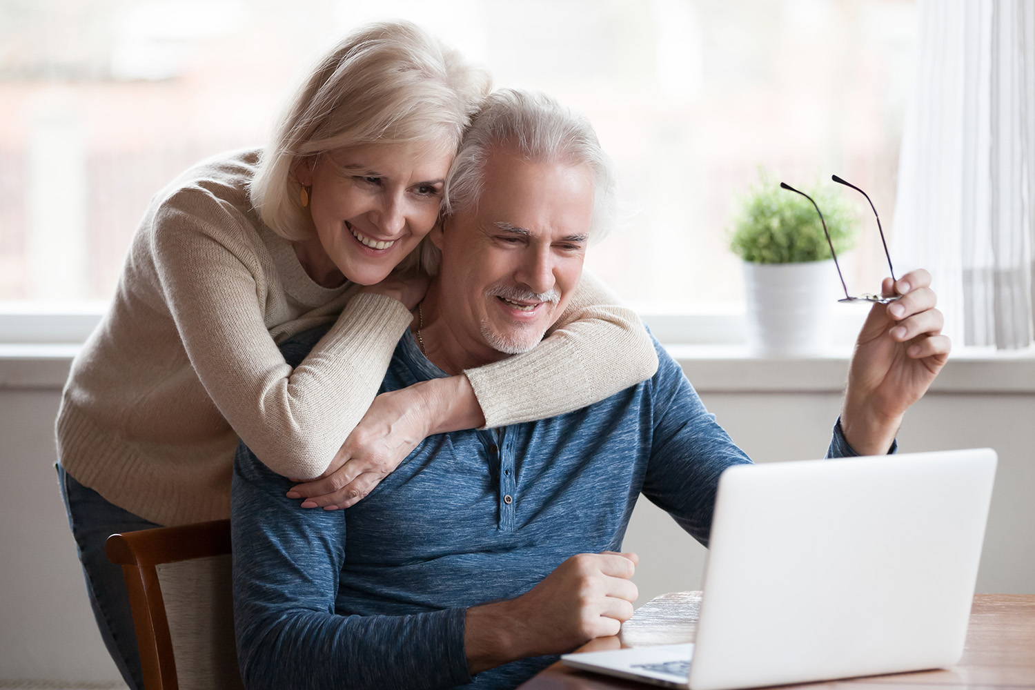 Seniors on laptop looking at Medicare plans